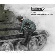 S-3161 Stalingrad 1/35 Немецкий солдат осматривает Т-34, 1941 год / German soldier inspects T-34, 1941