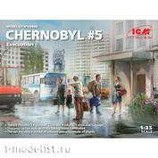 35905 ICM 1/35 Чернобыль #5. Эвакуация (4 взрослых, 1 ребёнок и багаж)