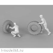 im35018 Imodelist 1/35 Комплект механиков (2 фигуры), меняющих спущенное колесо (одно колесо также входит в комплект) для К-4350 Мустанг