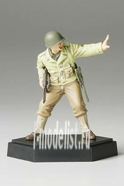 26006 Tamiya 1/35 Фигура американского офицера А с винтовкой подставка отдельно в комплекте