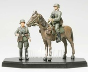 26011 Tamiya 1/35 Wermacht Mounted Infantry Finished Немецкого солдат на коне и 1 фигура солдата (подставка отдельно в комплекте)