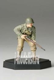 26008 Tamiya 1/35 Фигура американского солдата А с винтовкой подставка отдельно в комплекте