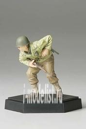 26007 Tamiya 1/35 Фигура американского офицера В с винтовкой подставка отдельно в комплекте