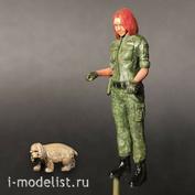 im35010 Imodelist 1/35 Фигурка девушки-пограничницы с собакой
