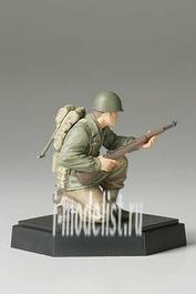 26009 Tamiya 1/35 Фигура американского солдата В с винтовкой подставка отдельно в комплекте