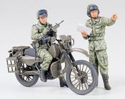 35245 Tamiya 1/35 Japan Ground Self Defence Force Японский мотоциклист и командир танка. Иракская война.