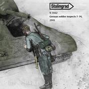 S-3162 Stalingrad 1/35 German soldier inspects T-34, 1941
