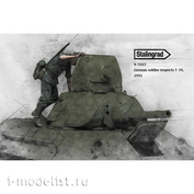 S-3163 Stalingrad 1/35 German soldier inspects T-34, 1941